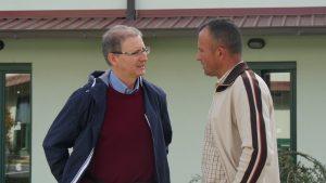 Luca Uccellani della Caritas (a sinistra)