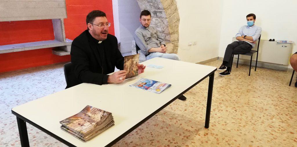 """Il vescovo Luciano presenta il libro """"O lume della fede"""""""