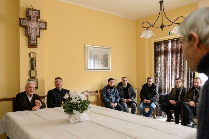 Don Angelo Fanucci con il vescovo Luciano in comunità